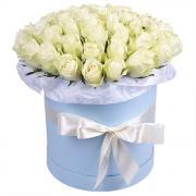 Круглая коробка с 51 белой розы Аваланч