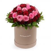 Круглая коробка из 51 розы красной и розовой