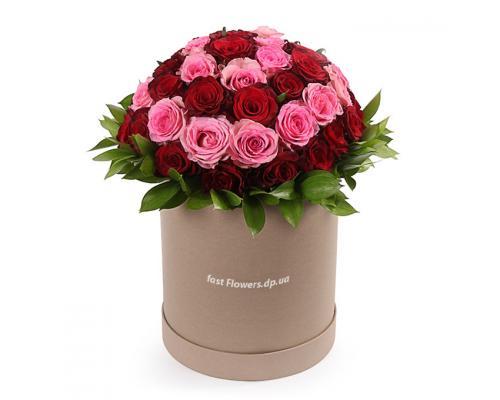 Круглая коробка из 51 розы красной и розовой сорта Престиж и Аква
