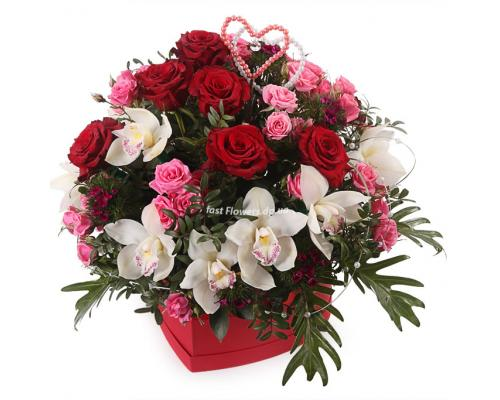 """Коробка сердце """"Тропическая романтика"""" из орхидей и розы спрей"""