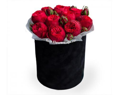 Круглая коробка с 15 красными пионовидными розами
