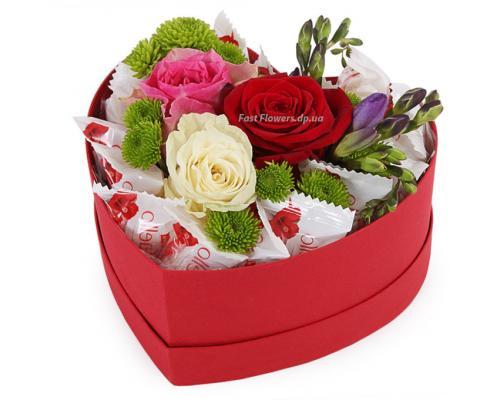 """Коробка сердце """"Сладкая Любовь"""" из конфет и цветов"""