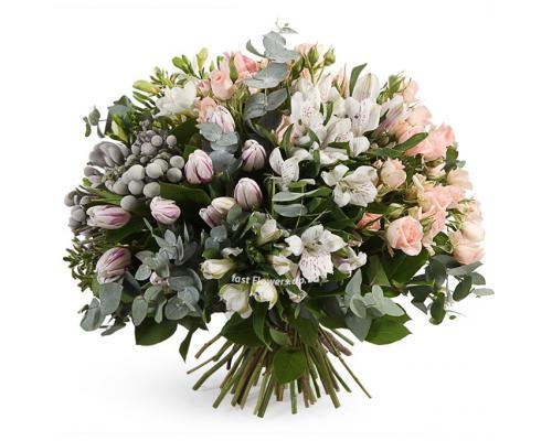 """Букет """"Сказочный мир цветов"""" из фрезий, роз и тюльпанов"""