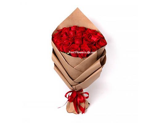 25 красных роз сорт freedom в букете стиль