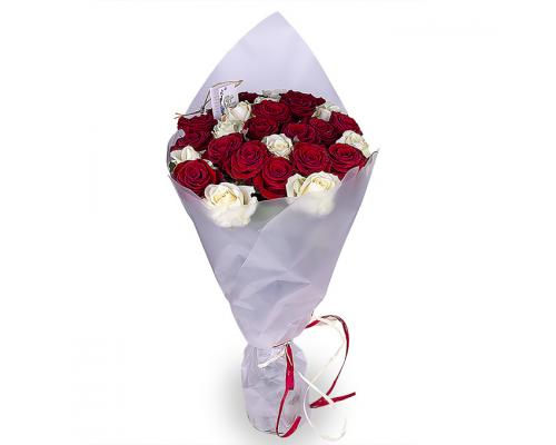 25 роз белых и красных в букете