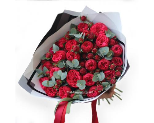 Букет из 19 красных пионовидных роз